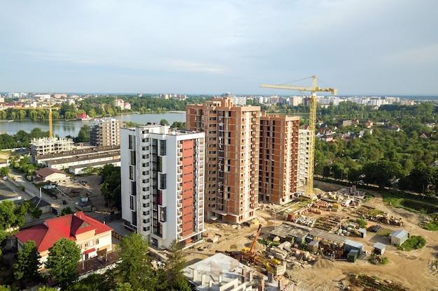 Аэрофотоснимок строящихся высотных жилых многоквартирных домов. развитие недвижимости.