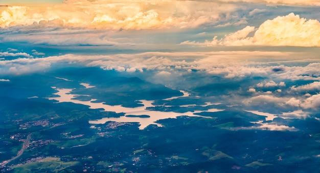 ブラジル南東部のサンパウロ近くのアティバイーニャ貯水池の航空写真