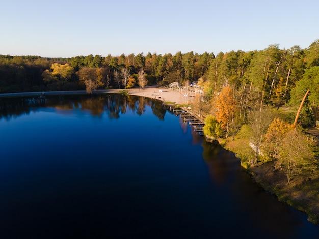 오후에 강 근처에 가을 숲의 항공보기