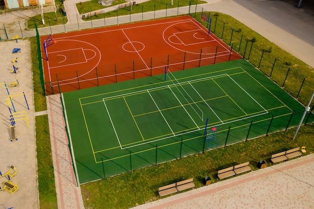 Вид с воздуха на баскетбольную и волейбольную площадки.