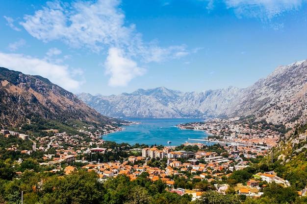 Вид с воздуха на которский залив; черногория