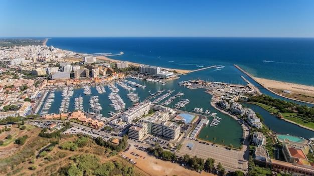 アルガルヴェのヴィラモウラにある豪華ヨットのあるマリーナ湾の空撮。