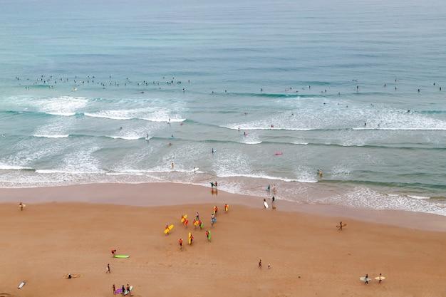 ビーチと海のアクティブな休日のビアリッツフランスサーファーのビーチの空撮