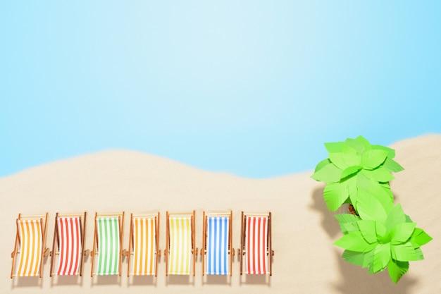 복사 공간 비치 리조트의 공중 전망. 여름 휴가의 개념. 모래에 연속으로 여러 가지 빛깔의 일광욕 의자