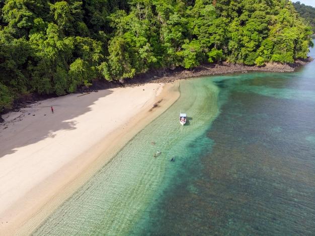 インドネシアの青い海の水に洗われたビーチの空撮
