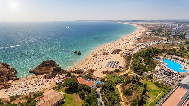 ポルトガル南部のprainhaとtresirmaosのビーチの空撮。