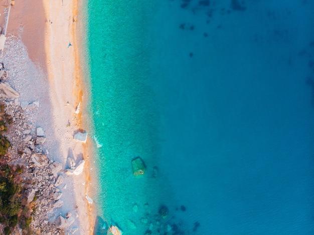 Вид с воздуха на пляжи адриатического побережья в черногории