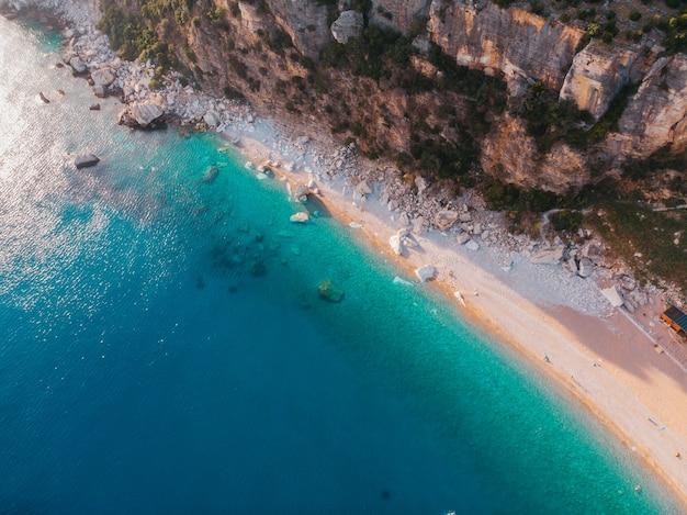 몬테네그로의 아드리아 해안 해변의 항공보기