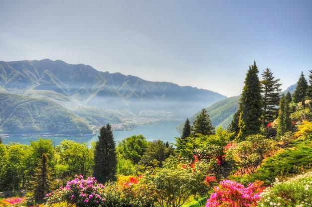 놀라운 산의 배경에 아름답고 다채로운 풍경의 공중보기