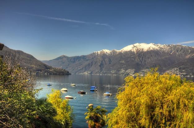 Вид с воздуха на красивый и красочный пейзаж с удивительными горами