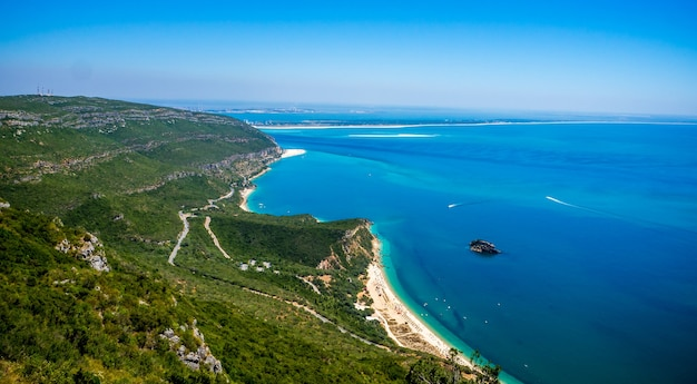 Вид с воздуха на красивый пляж арабида в сетубале, португалия