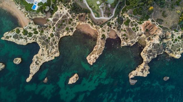 해안 algarve 해안, 포르투갈의 아름 다운 해변의 공중보기. 포르투갈 해변 위의 개념입니다. 여름 방학