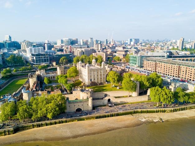 イギリスの青い空の下でロンドンの美しい街の空撮
