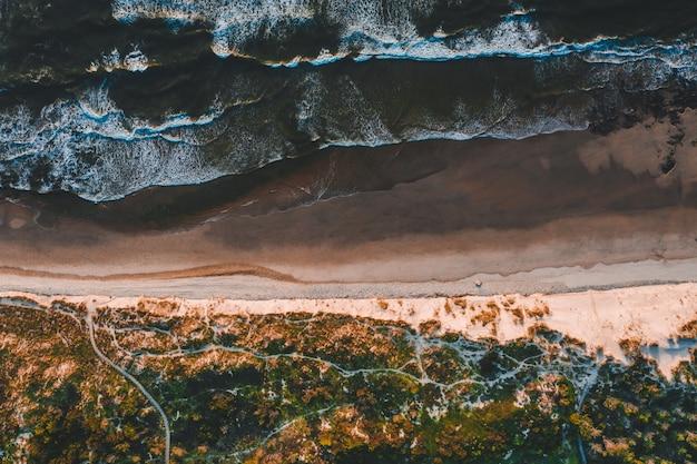 모래 해변이있는 아름다운 해안선의 항공보기
