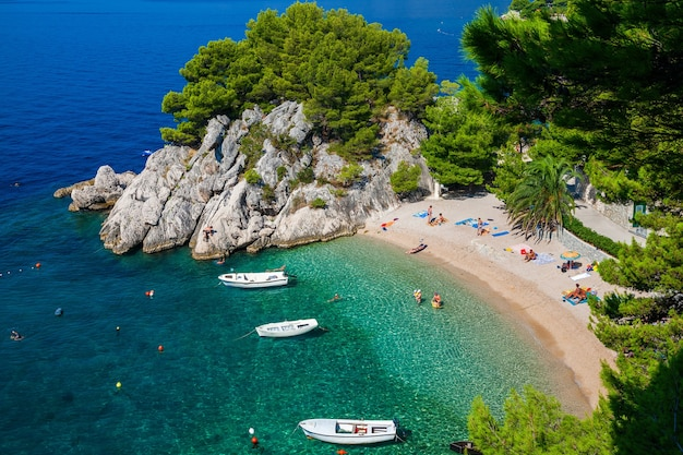 Вид с воздуха на красивый уютный пляж подрасе в бреле, макарская ривьера, хорватия