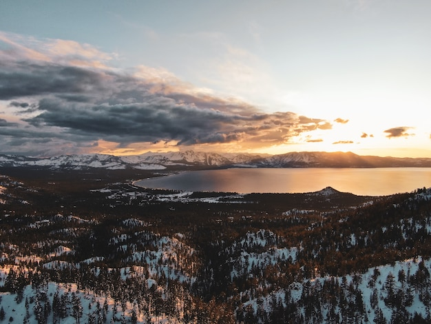 캘리포니아, 미국에서 눈 덮인 석양에 캡처 한 아름다운 타호 호수의 공중보기