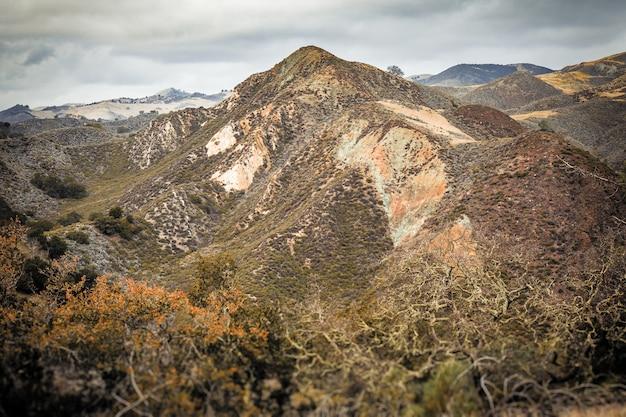 米国カリフォルニア州の中央海岸でキャプチャされた美しい山々の空撮