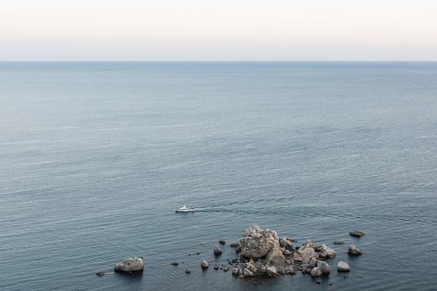 흑해의 항공 보기입니다. 바다 돌과 맑은 하늘. 배가 항해합니다. 푸른 물이 있는 잔잔한 바다.