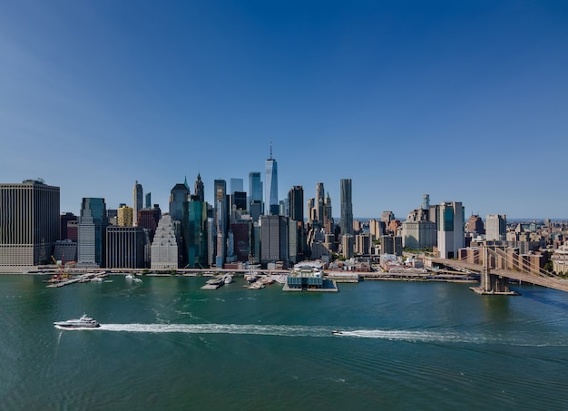 イースト川からスカイラインマンハッタンアメリカの地区までのブルックリン橋の空撮。 nyc