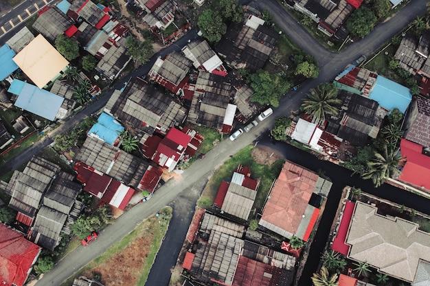 小さな町の建物と道路の空撮