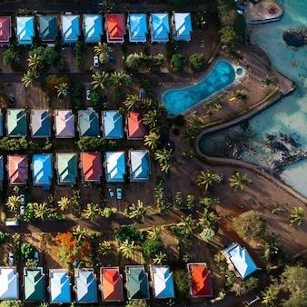 모리셔스 섬의 조감도에서 캐빈과 수영장의 공중보기.