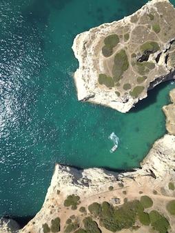Вид с воздуха на спокойное море и скалы в солнечный день