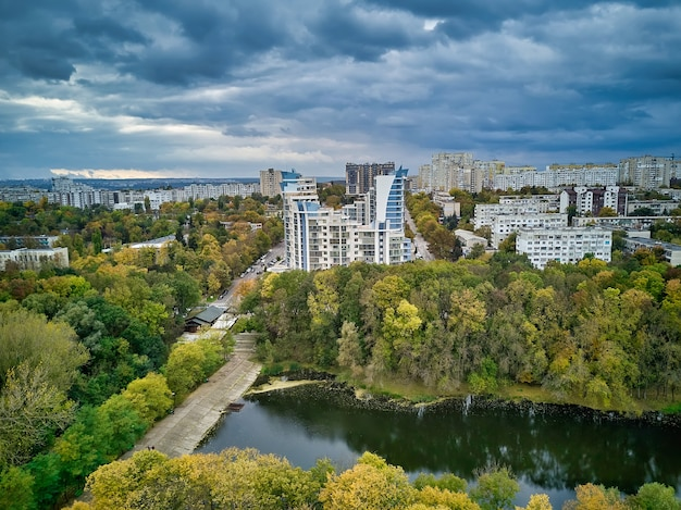 Вид с воздуха на город на закате. красивый осенний городской пейзаж. кишинев, республика молдова.