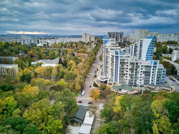 Вид с воздуха на город на закате красивый осенний городской пейзаж