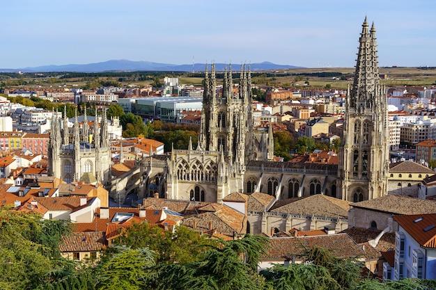건물 사이에 등장하는 고딕 양식의 대성당이있는 부르고스시의 공중 전망. 스페인.
