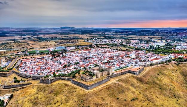 Вид с воздуха на город элваш. в алентежу, португалия