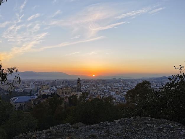 日没時のスペインのマラガの街の空撮