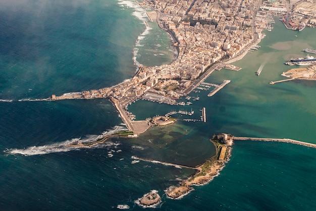 トラパニの街の空撮、港と「torrepeliade」として知られる「コロンバイア」のある極限地点