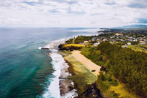 Вид с воздуха на скалы впечатляющего пляжа гри-гри на юге маврикия.