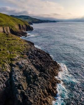 Вид с воздуха на побережье с большими скалами на закате. кантабрия.