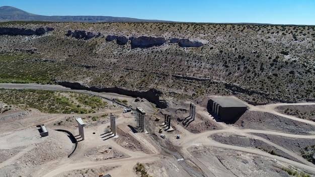 アルゼンチンの新しい橋の建設の航空写真。曲がった橋