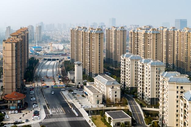 도로와 고층 건물이있는 상하이 지구의 항공보기
