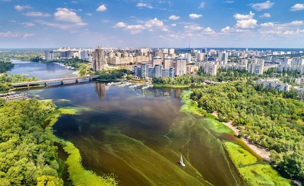 ウクライナの首都キエフのドニエプル川の空撮