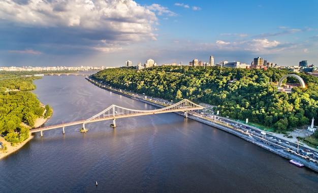 ウクライナ、キエフの歩道橋とドニエプル川の空撮