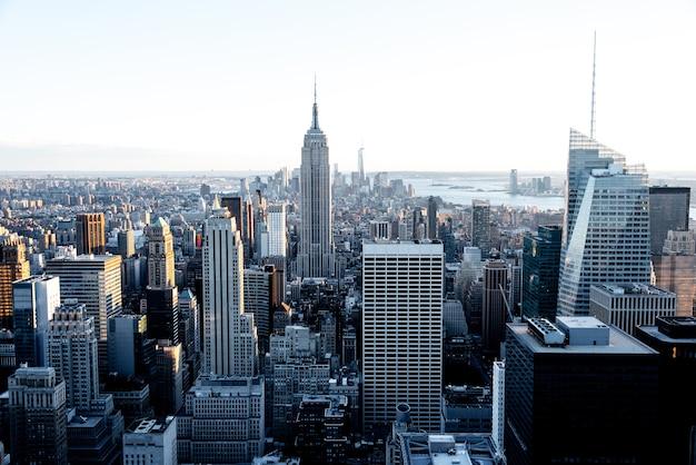 夕暮れの晴れた日のエンパイアステートビルとマンハッタンのダウンタウンの空撮