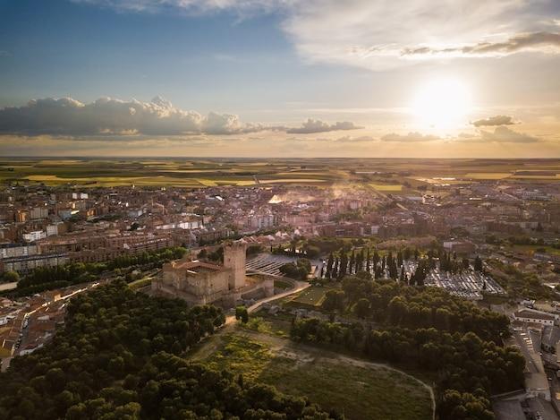 バリャドリッドの夕暮れ時にメディナデルカンポにある有名なモタ城の空撮。