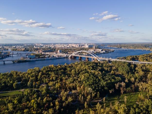 キエフ市の新鮮なドニエプル川の空撮