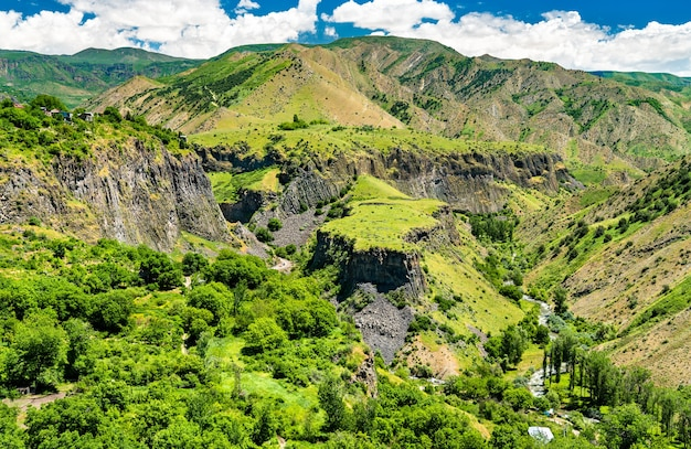 Вид с воздуха на гарниское ущелье с уникальными образованиями базальтовых колонн в армении.