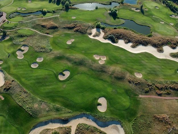 골프 코스의 푸른 잔디의 공중 전망.