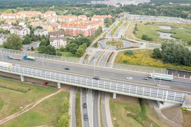 Вид с воздуха на шоссе и город вроцлав, польша