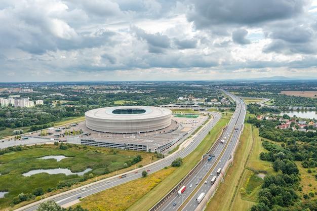 高速道路とポーランド、ヴロツワフの街の空撮