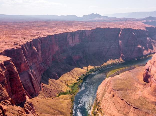 米国アリゾナ州の町の近くのコロラド川のホースシュー ベンドの空撮
