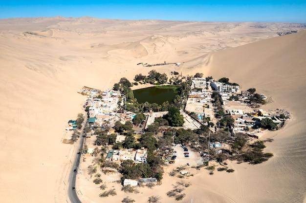 페루 아타카마 사막에 있는 와카치나 오아시스의 공중 전망