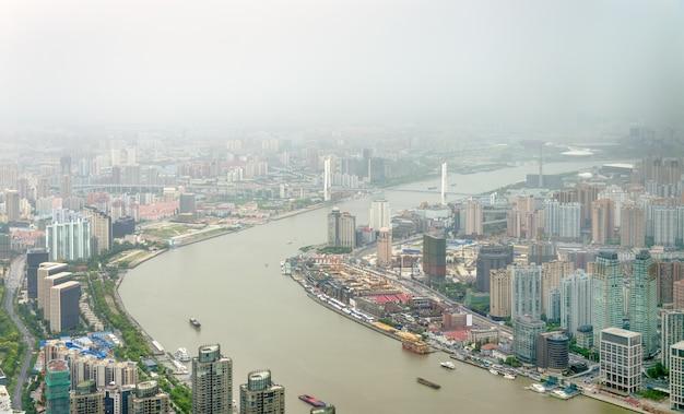 Вид с воздуха на реку хуанпу в шанхае - китай
