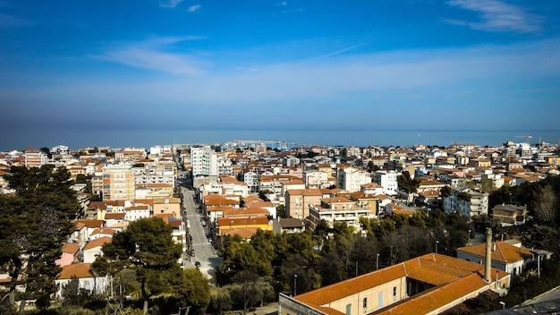 Вид с воздуха на итальянский город джулианова в абруццо. вид с воздуха на итальянский город с видом на море.