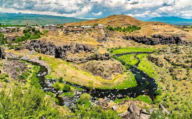 アルメニアの oshakan で kasagh 川の航空写真